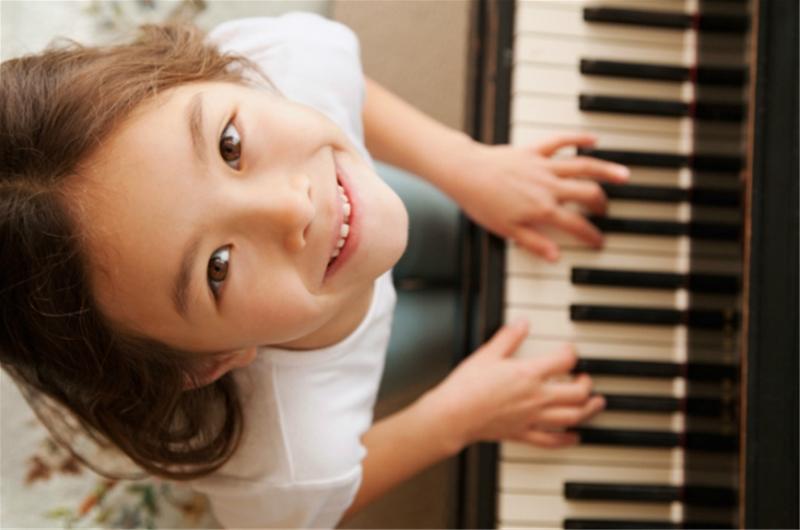 Chơi đàn piano - Hướng điều trị mới cho trẻ tự kỉ