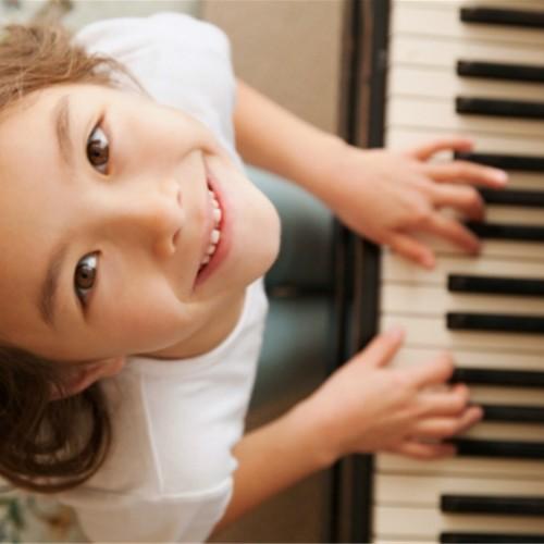 Chơi đàn piano – Hướng điều trị mới cho trẻ tự kỉ