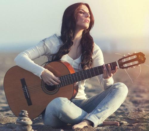 Tư thế ngồi chơi đàn guitar khi không có ghế